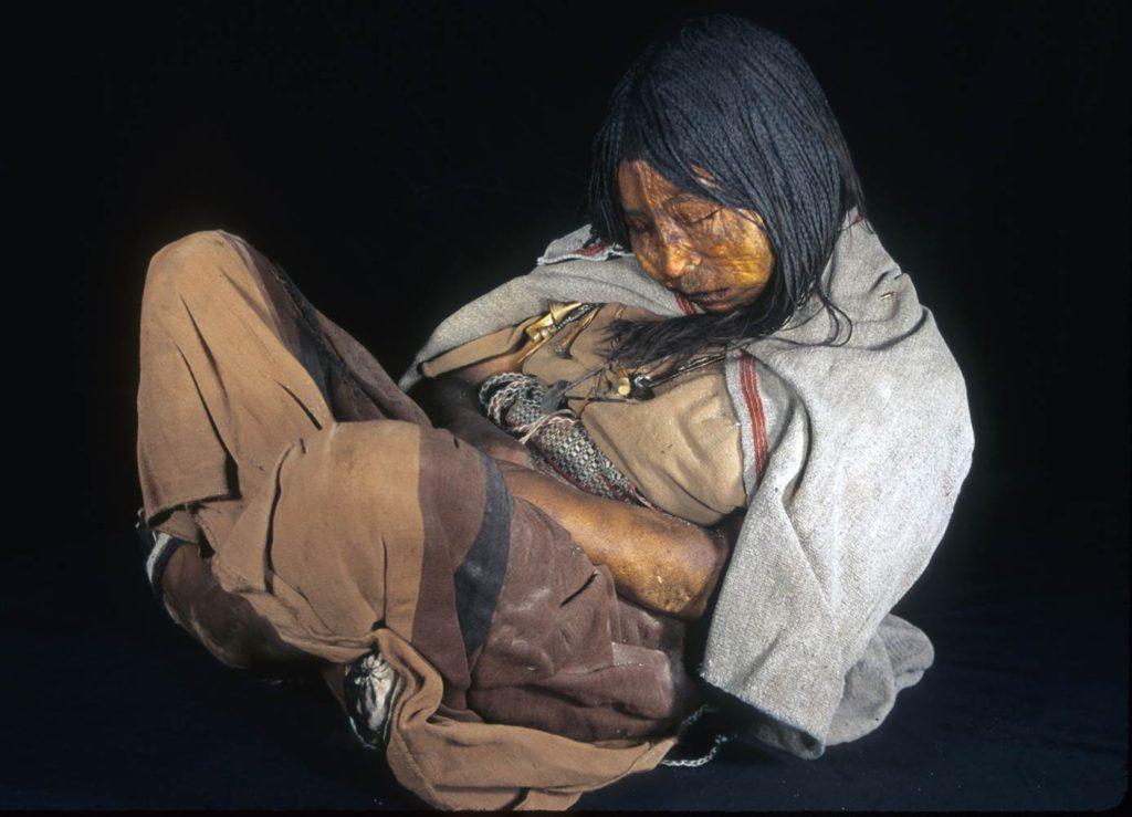 Andre frosne funn - et ofret barn barn fra Inka-tiden, funnet på en fjelltopp i Andesfjellene