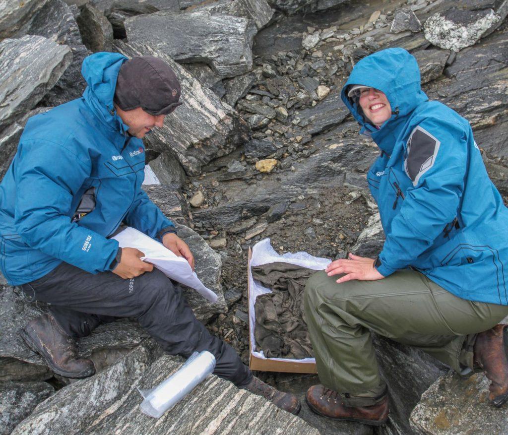 Bekledning - arkeologene finner en jernalderkjortel på Lendbreen