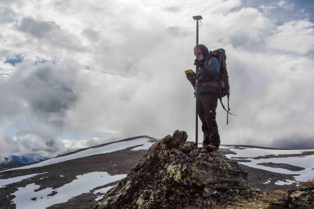 Klimaendring - Tessa de Roo måler inn en varde ved Lendbreen