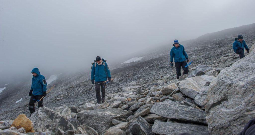 Arkeologer leter etter funn i ura på Lendbreen etter at isen har smeltet vekk.