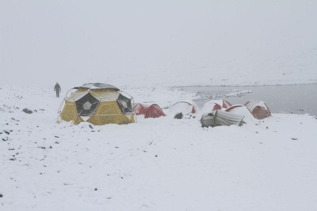 Feltarbeid - snøvær på Lendbreen i august 2013