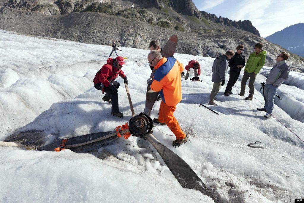 Isbreer kan inneholde styrtede fly, her en propel fra en Dakota.