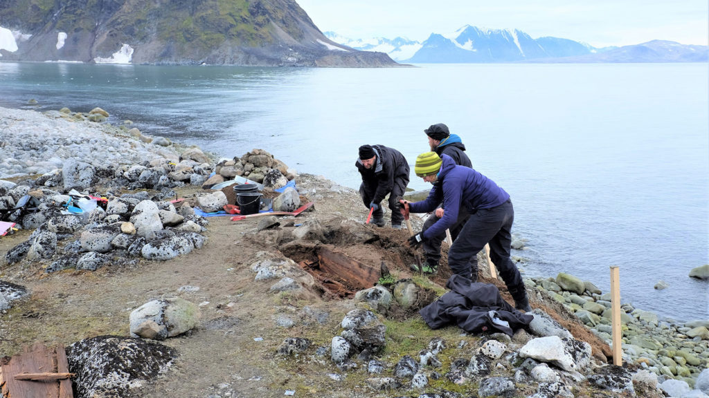The excavation of a whaler's grave on Svalbard.